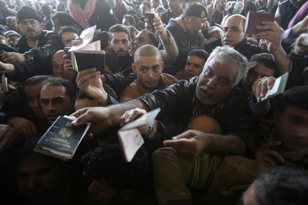 I palestinesi mostrano il passaporto per passare dal valico di Rafah, tra la Striscia di Gaza e l'Egitto. Il valico era stato chiuso dagli egiziani il 24 ottobre e riaperto per la prima volta il 26 novembre. Sarà possibile attraversare il confine anche domani.  - Ibraheem Abu Mustafa, Reuters/Contrasto
