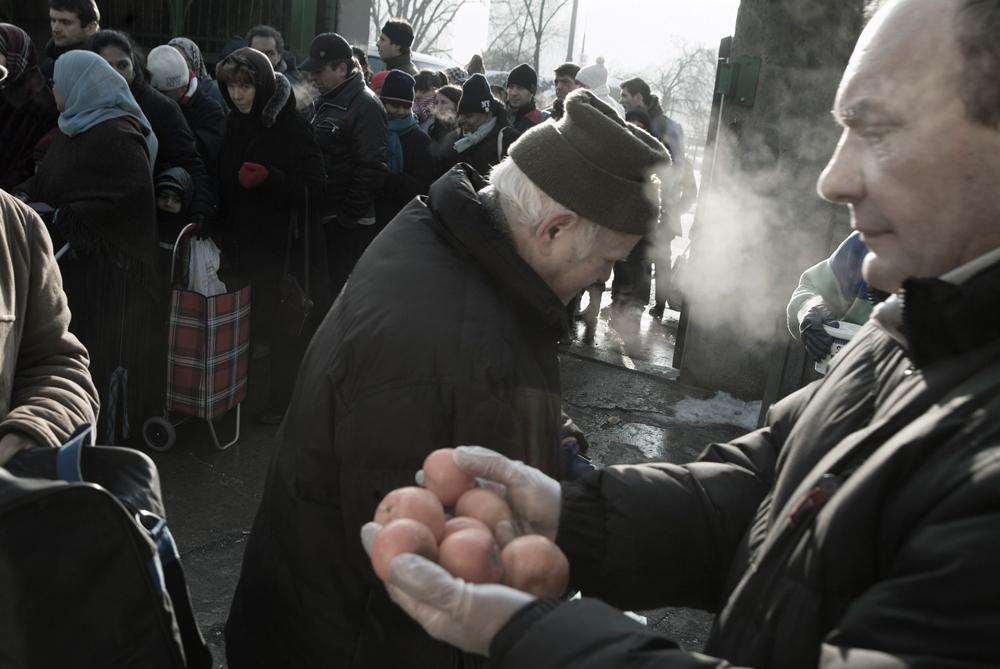 La distribuzione del cibo da parte dei volontari di Pane quotidiano a Milano, nel febbraio 2009. - Stefano Pavesi, Contrasto