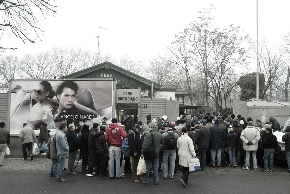 Persone in attesa della distribuzione del cibo davanti alla fondazione laica Pane quotidiano a Milano, nel febbraio 2009. - Stefano Pavesi, Contrasto