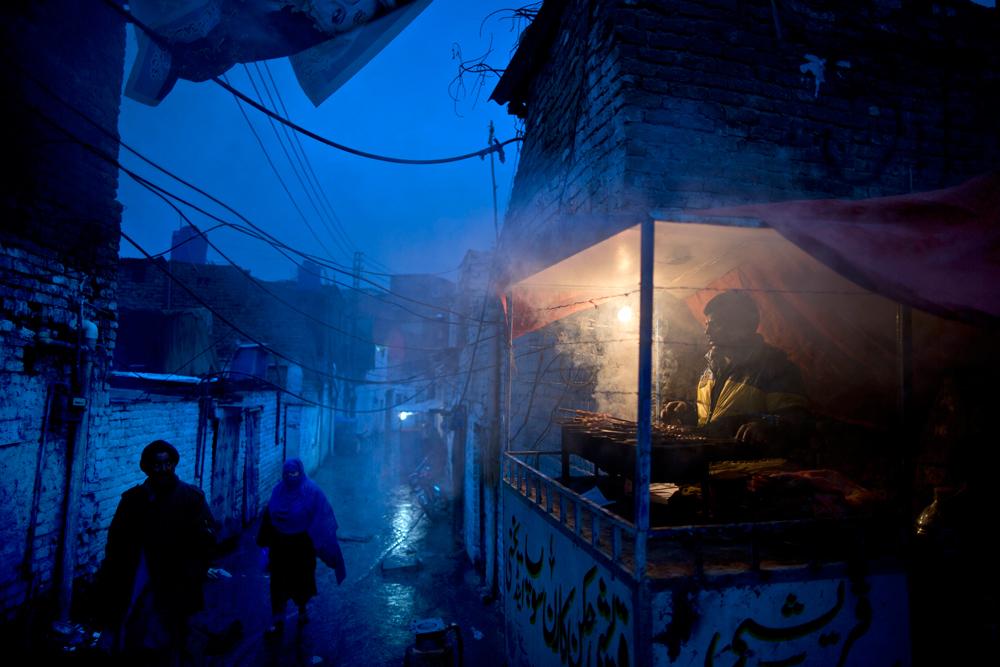 Un venditore ambulante lungo una strada del quartiere cristiano di Islamabad. - (Muhammed Muheisen, Ap/Ansa)
