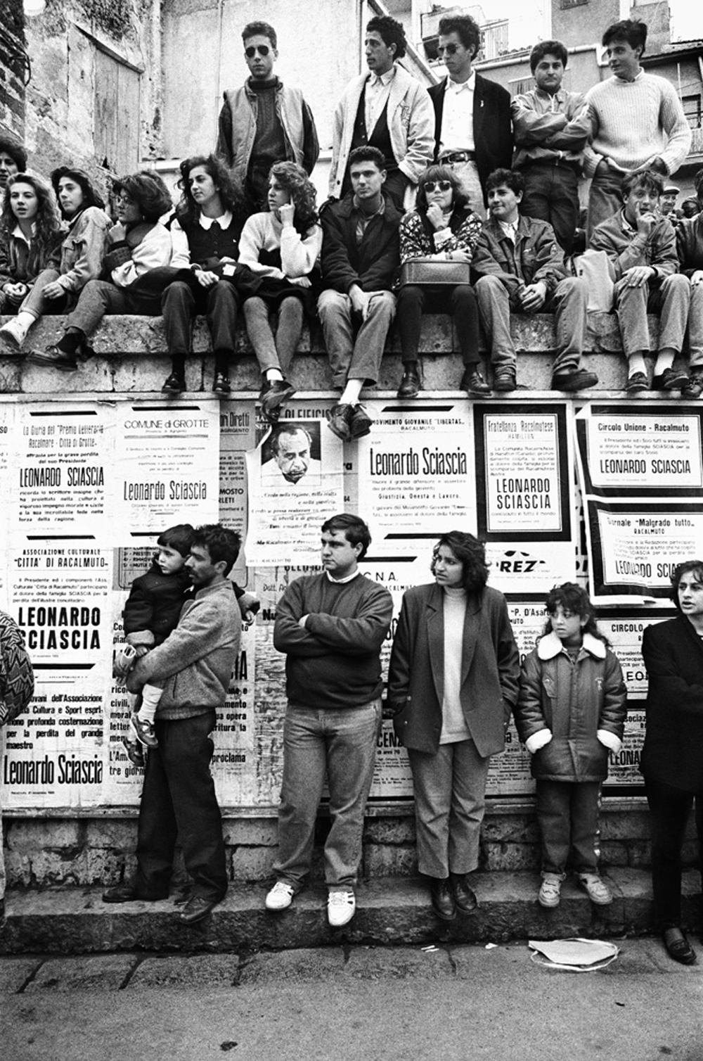 Funerale di Leonardo Sciascia, Racalmuto, 1989.  - Tony Gentile, Postcart edizioni