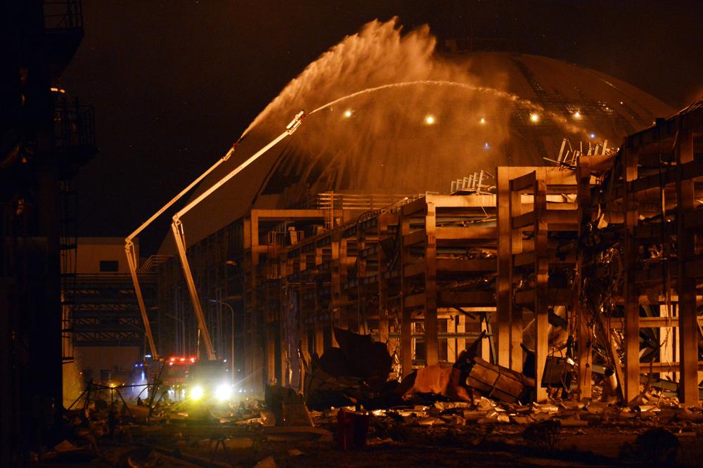 Vigili del fuoco al lavoro per spegnere l'incendio nell'impianto chimico di Zhangzhou.      - ChinaFotoPress/Getty Images