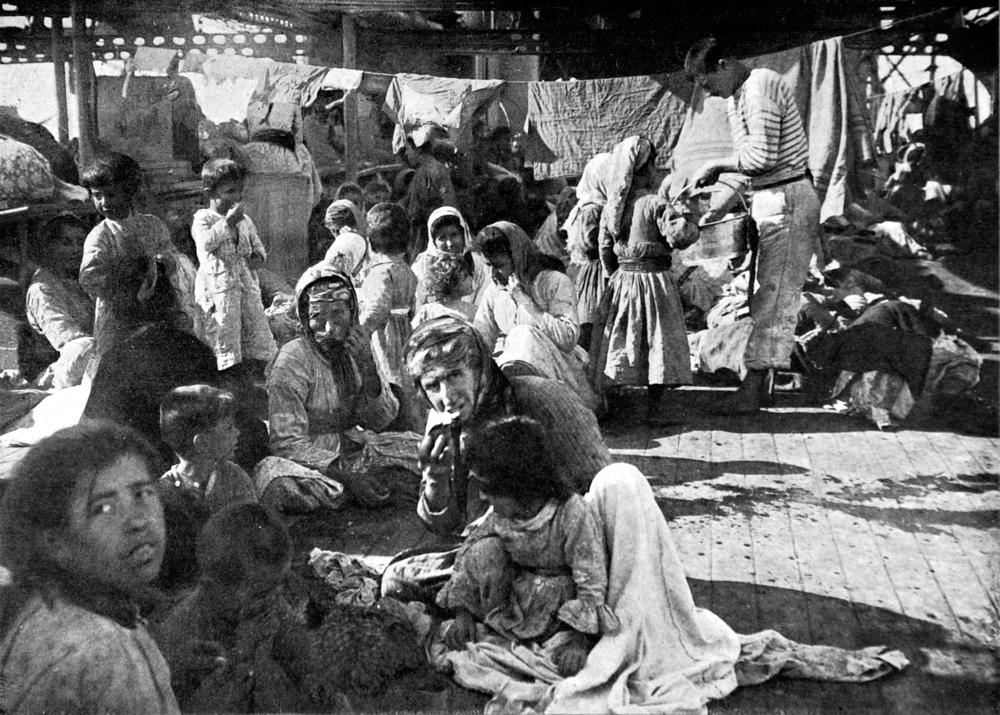 Un gruppo di profughi armeni a bordo di una nave francese, nel 1915. - Photo12/Uig/Getty Images
