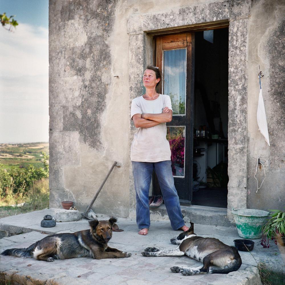 Noto, Siracusa, 2008. Raghi è svizzera e vive da sedici anni in Sicilia, dove costruisce e ripara strumenti musicali ad arco. Da casa sua si vede l'area dove erano state predisposte le trivellazioni dalla compagnia petrolifera Panther Eureka, bloccate dalle proteste degli abitanti che temevano un disastro ecologico in un'area dichiarata patrimonio mondiale dall'Unesco. - Simone Donati, TerraProject/Contrasto
