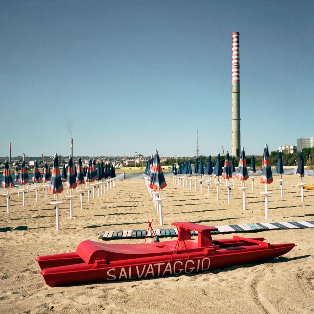 La spiaggia della marina di Priolo, vicino all'impianto petrolchimico, 2008. - Simone Donati, TerraProject/Contrasto