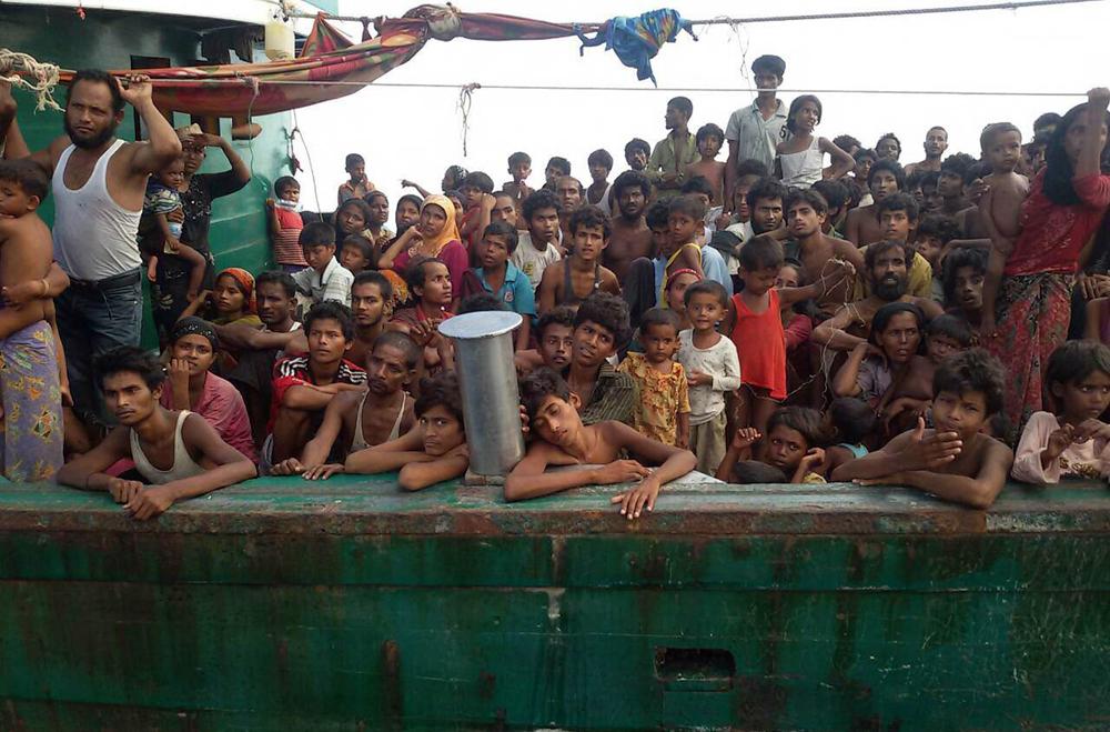 La barca con a bordo circa 350 migranti rohingya e alla deriva al largo delle coste tailandesi, nel mare delle Andamane. Almeno dieci persone sono morte durante il viaggio. - Thanaporn Promyamyai, Afp