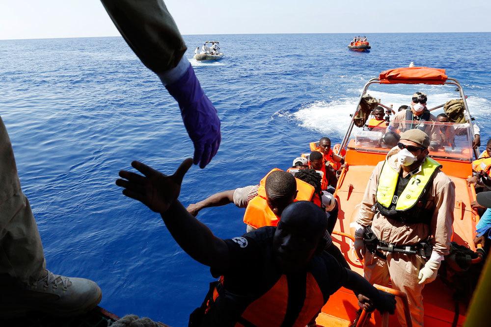 Migranti salgono a bordo della nave norvegese Siem Pilot durante un'operazione di soccorso al largo delle coste libiche, 1 settembre 2015. - Gregorio Borgia, Ap/Ansa