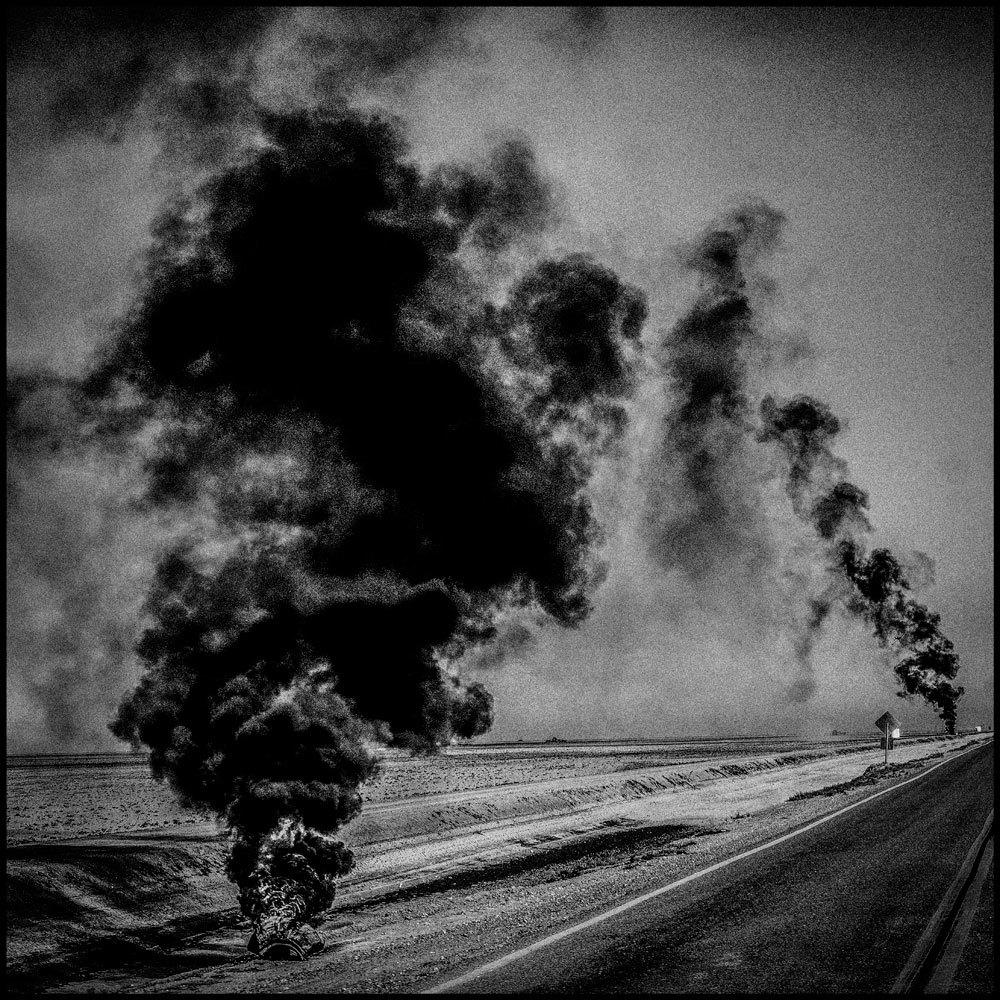 Pneumatici in fiamme a Corcoran, in California, 2014. La popolazione è di 24.813 abitanti e il 28 per cento vive sotto la soglia di povertà. - (Matt Black, Magnum/Contrasto)