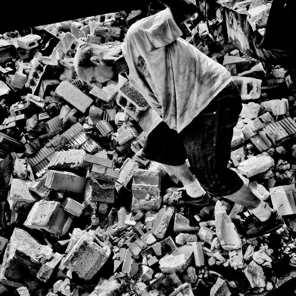 Un uomo cerca metalli da riutilizzare a Flint, Michigan, 2015. La popolazione è di 102.434 abitanti e il 41,5 per cento vive sotto la soglia di povertà. - (Matt Black, Magnum/Contrasto)