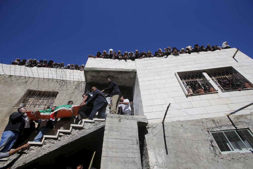 I funerali di Abdullah al Shalalda, un palestinese ucciso durante un raid israeliano nell'ospedale Al Ahly, nel villaggio di Sair, a nord di Hebron, il 12 novembre 2015. - Mussa Qawasma, Reuters/Contrasto