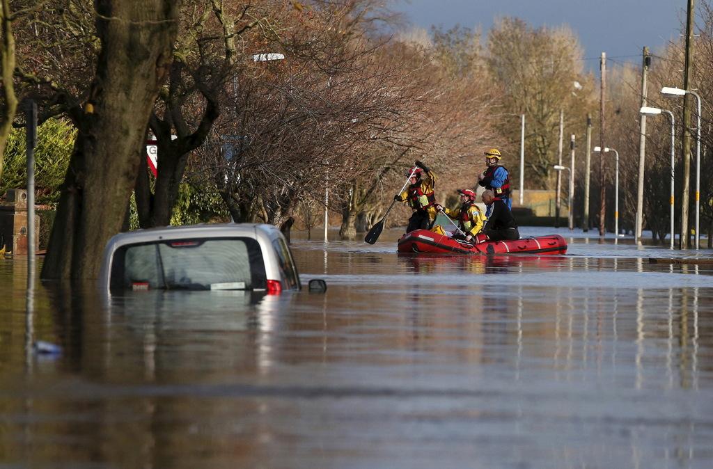 I soccorritori costretti a muoversi in gommone tra le strade allagate di Carlisle, uno dei centri colpiti dalla tempesta Desmond nel Regno Unito, il 6 dicembre 2015. - Phil Noble, Reuters/Contrasto