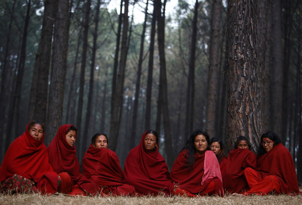 A Bhaktapur, in Nepal, l'11 febbraio 2014, durante la festa Swasthani Brata Katha nella quale le donne che hanno le mestruazioni vengono isolate dagli altri fedeli. - Navesh Chitrakar, Reuters/Contrasto