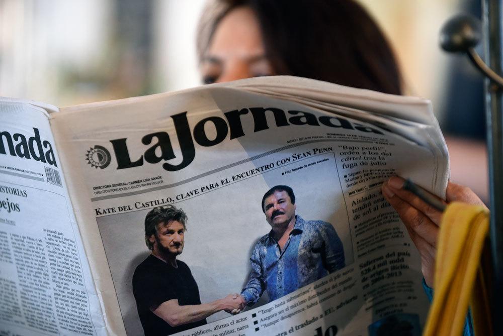 La prima pagina del quotidiano messicano La Jornada con la foto di El Chapo insieme all'attore Sean Penn, il 10 gennaio 2016. - Alfredo Estrella, Afp