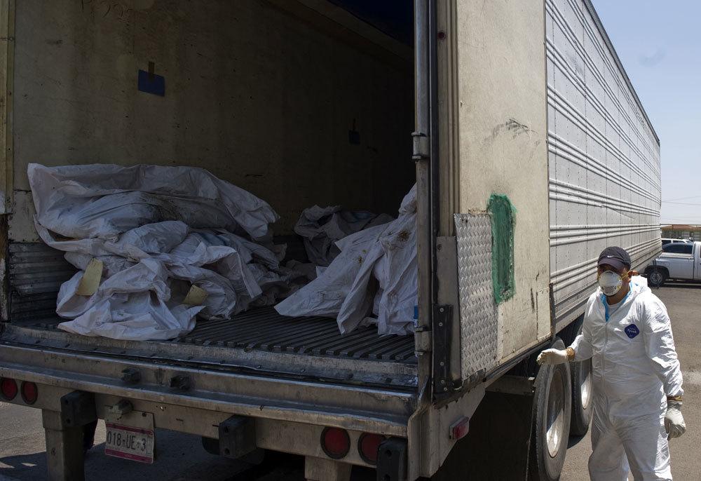 Un camion che trasporta cadaveri ritrovati in una fosse comune, a Durango, il 16 maggio 2011. - Ronaldo Schemidt, Afp