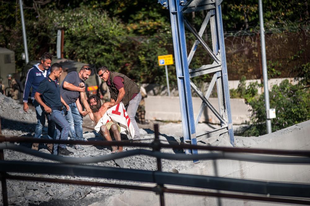 Turi Vaccaro viene trascinato via dalla polizia, 5 settembre 2015. - Michele Lapini