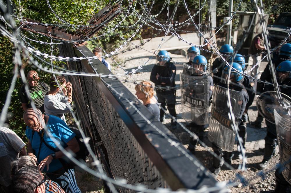 I No Tav davanti alle recinzioni del cantiere-fortilizio, val Clarea, 5 settembre 2015, . - Michele Lapini