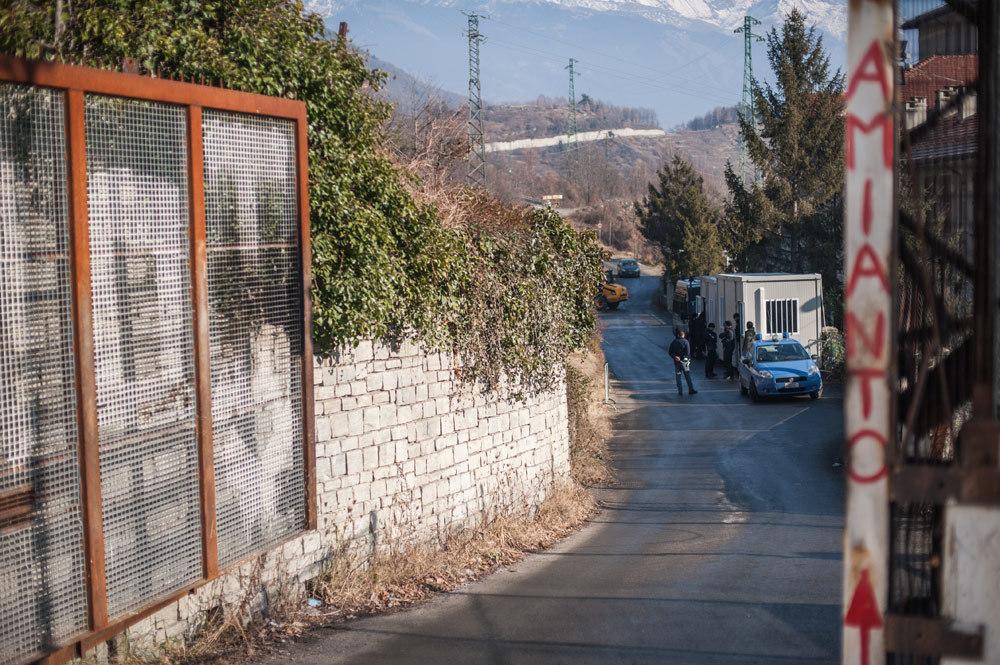 Il checkpoint di via dell'Avanà visto dall'autore e dai suoi compagni bloccati dalle forze dell'ordine, 27 gennaio 2016. - Michele Lapini