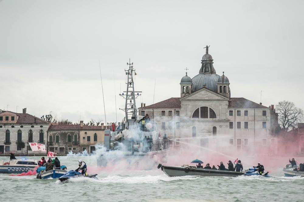 La battaglia navale nel canale della Giudecca, Venezia, 8 marzo 2016. La polizia respinge con idranti le barche dei manifestanti. - Michele Lapini