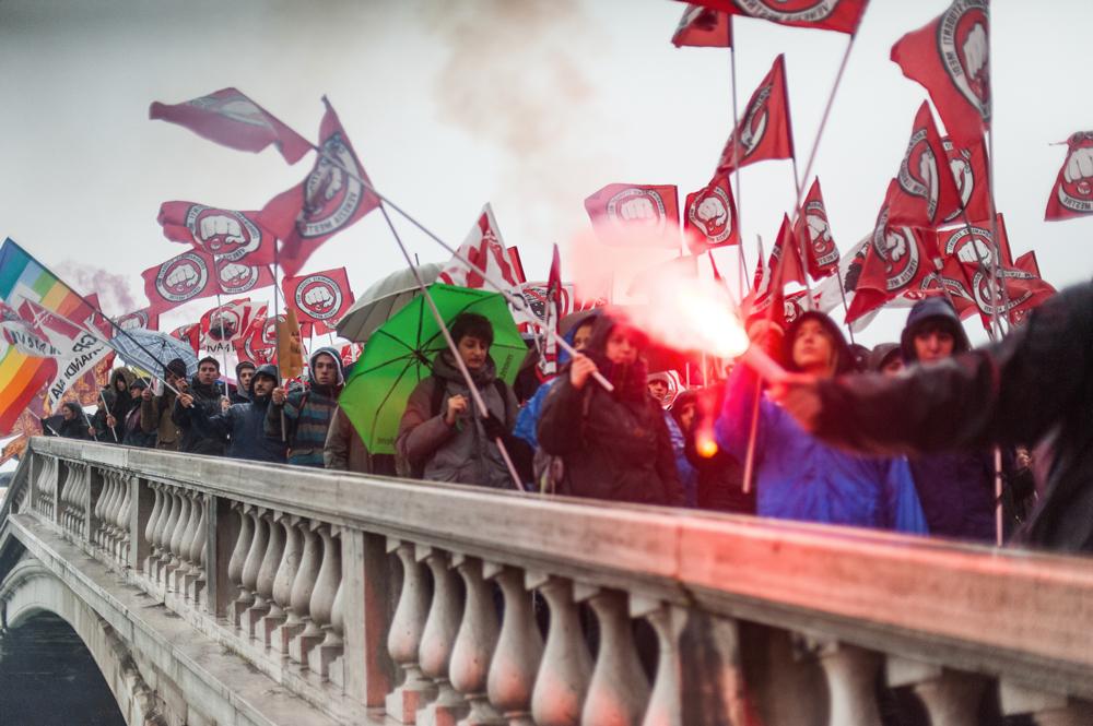 Il corteo passa sul ponte degli Scalzi, Venezia, 8 marzo 2016. - Michele Lapini