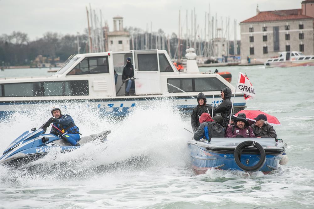 """Un poliziotto """"fa l'onda"""" per bagnare i manifestanti in barca, Venezia, 8 marzo 2016. - Michele Lapini"""