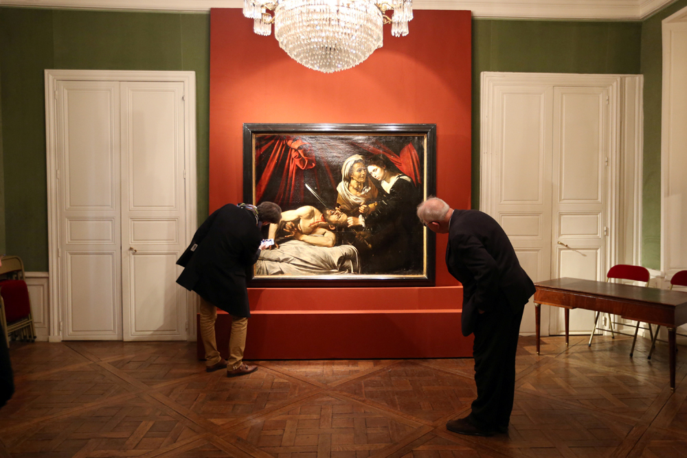 La presentazione a Parigi del dipinto Giuditta e Oloferne, attribuito a Caravaggio. L'opera è stata trovata in una soffitta di Tolosa e potrebbe valere più di cento milioni di euro. - Charles Platiau, Reuters/Contrasto
