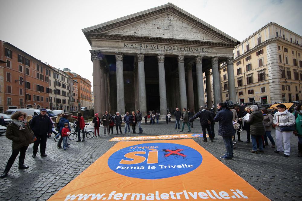 Un flash mob dei sostenitori del sì al referendum sulle trivelle a Roma, il 18 marzo 2016. - Vincenzo Livieri, Lapresse