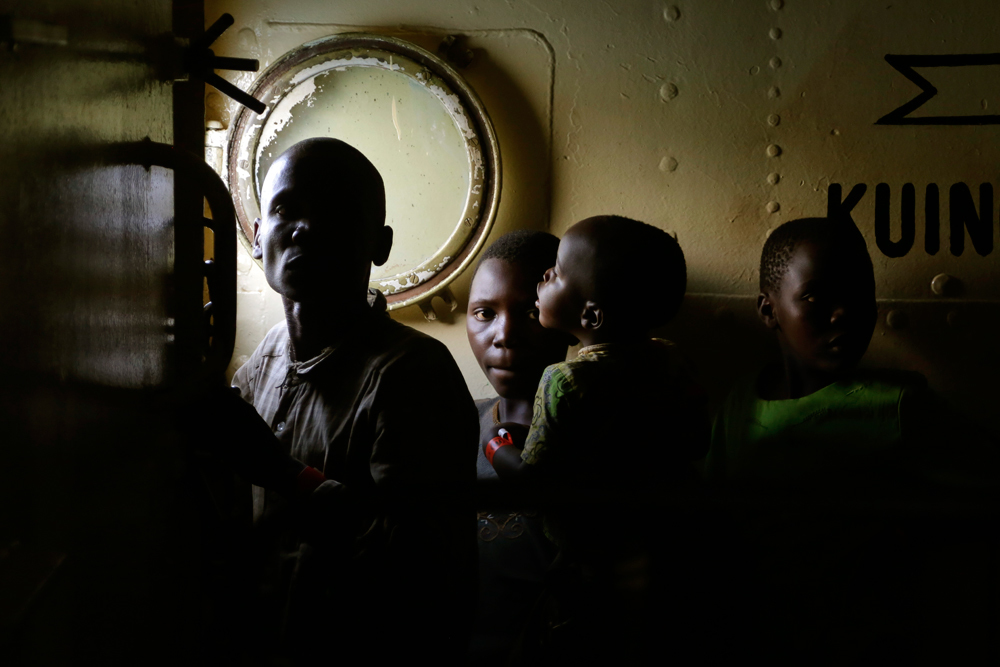 Profughi burundesi su una nave diretti a Kigoma, in Tanzania, il 23 maggio 2015. - Jerome Delay, Ap/Ansa