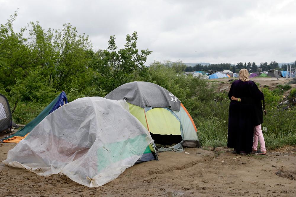 Madre e figlia a Idomeni, il 29 aprile 2016. - Gregorio Borgia, Ap/Ansa