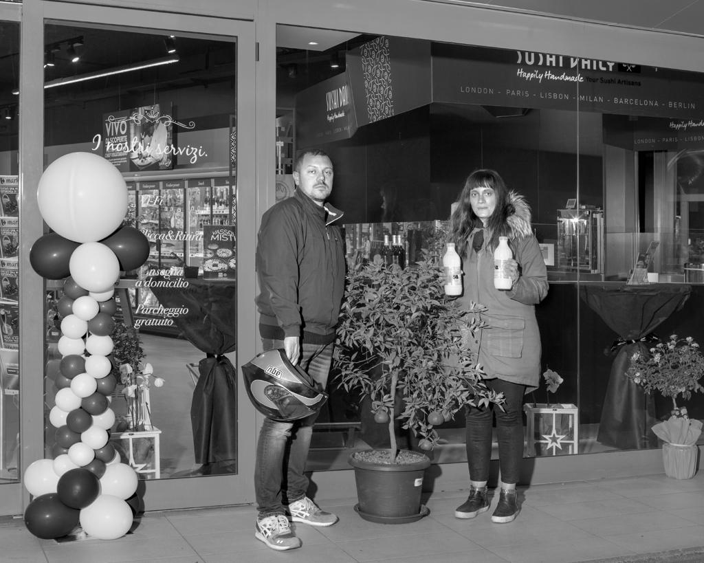 Due clienti del supermercato Carrefour di piazzale Morelli, Roma, nella notte fra l'8 e il 9 maggio 2016. - Alessandro Imbriaco per Internazionale