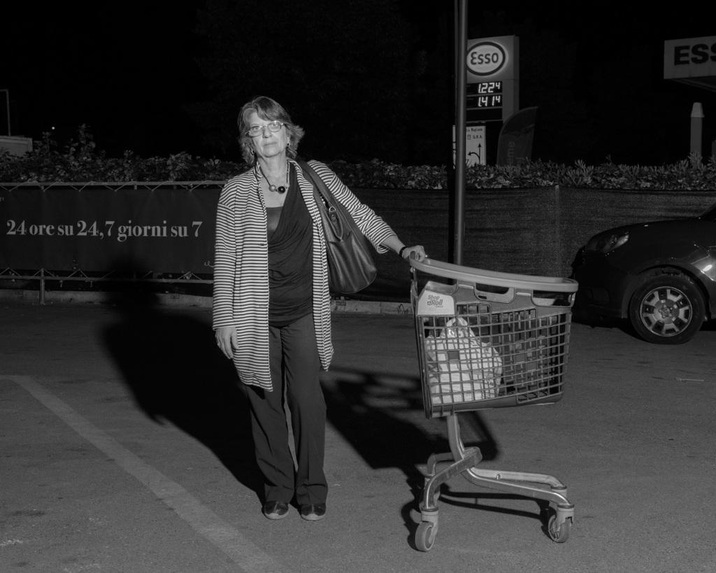 Una signora esce dal supermercato Carrefour di piazzale Morelli, Roma, nella notte fra il 13 e il 14 maggio 2016. - Alessandro Imbriaco per Internazionale