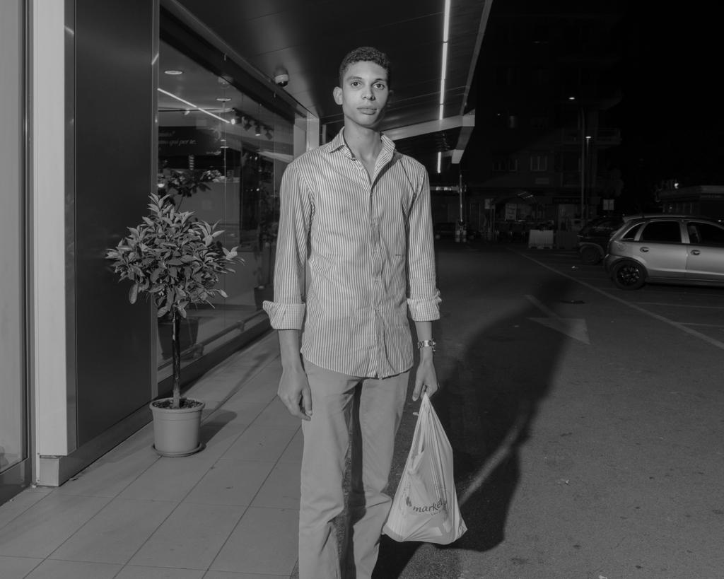 Un cliente del supermercato Carrefour di piazzale Morelli, Roma, nella notte fra il 13 e il 14 maggio 2016. - Alessandro Imbriaco per Internazionale
