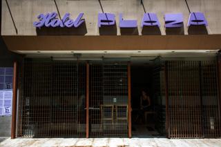 La grecia in italia le storie dei profughi nell hotel - Porta tocca pavimento ...