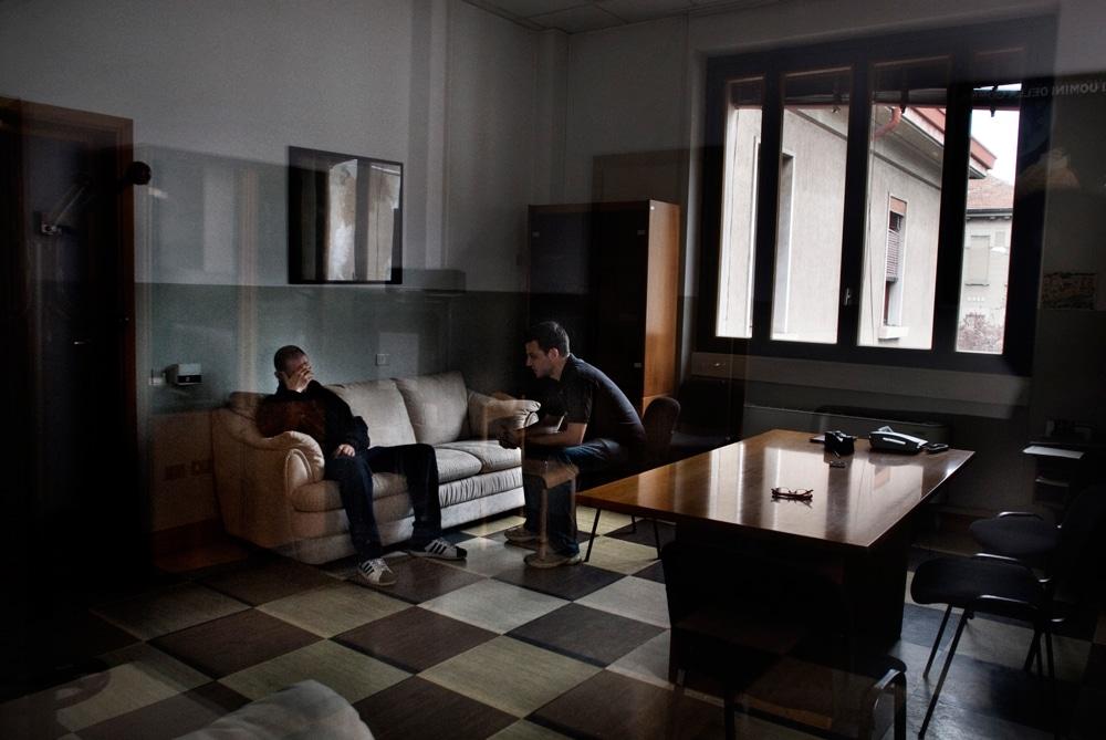 Un paziente durante una seduta con lo psicologo, nella casa di reclusione di Milano-Bollate, 2010.  - Giovanni Cocco