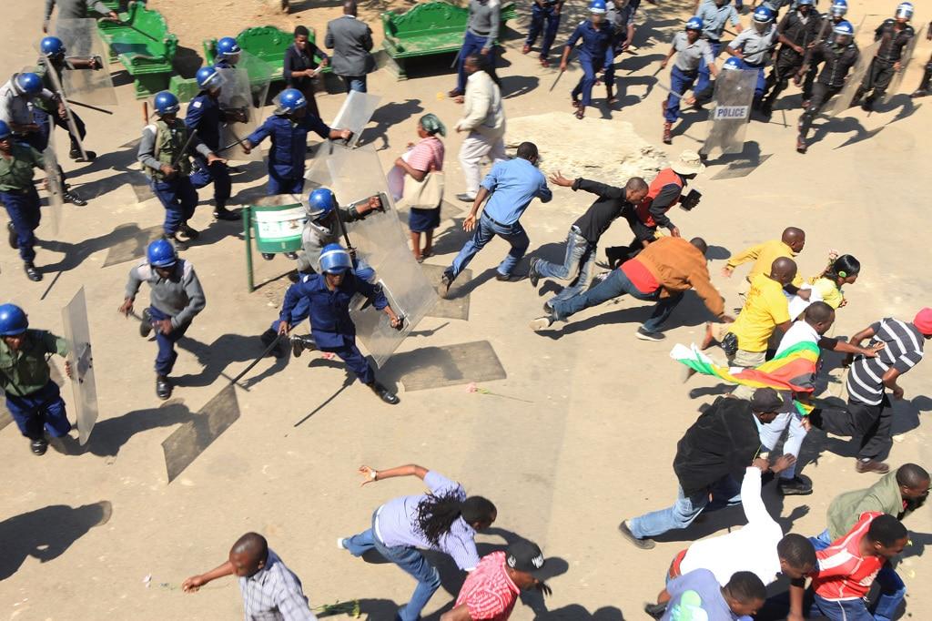 Risultati immagini per manifestanti ad harare