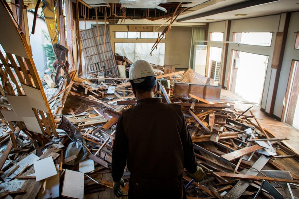 Un operaio curdo in un edificio demolito a Chiba, il 21 ottobre 2015. - Thomas Peter, Reuters/Contrasto