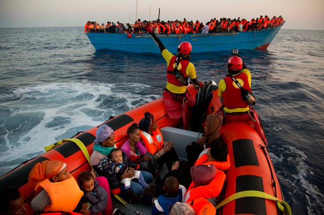 La telefonata che salva la vita ai migranti al largo della Libia