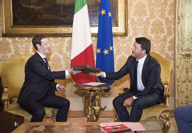 L'Italia tutta s'inchina al cospetto dell'imperatore di Facebook