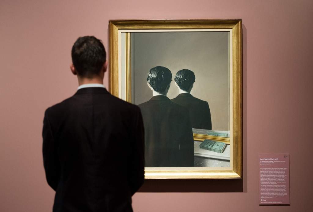 La riproduzione di magritte internazionale - Magritte uomo allo specchio ...