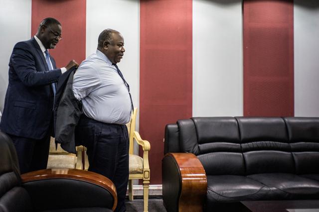 In Gabon il potere passa da padre a figlio ma la Francia non ci sta più