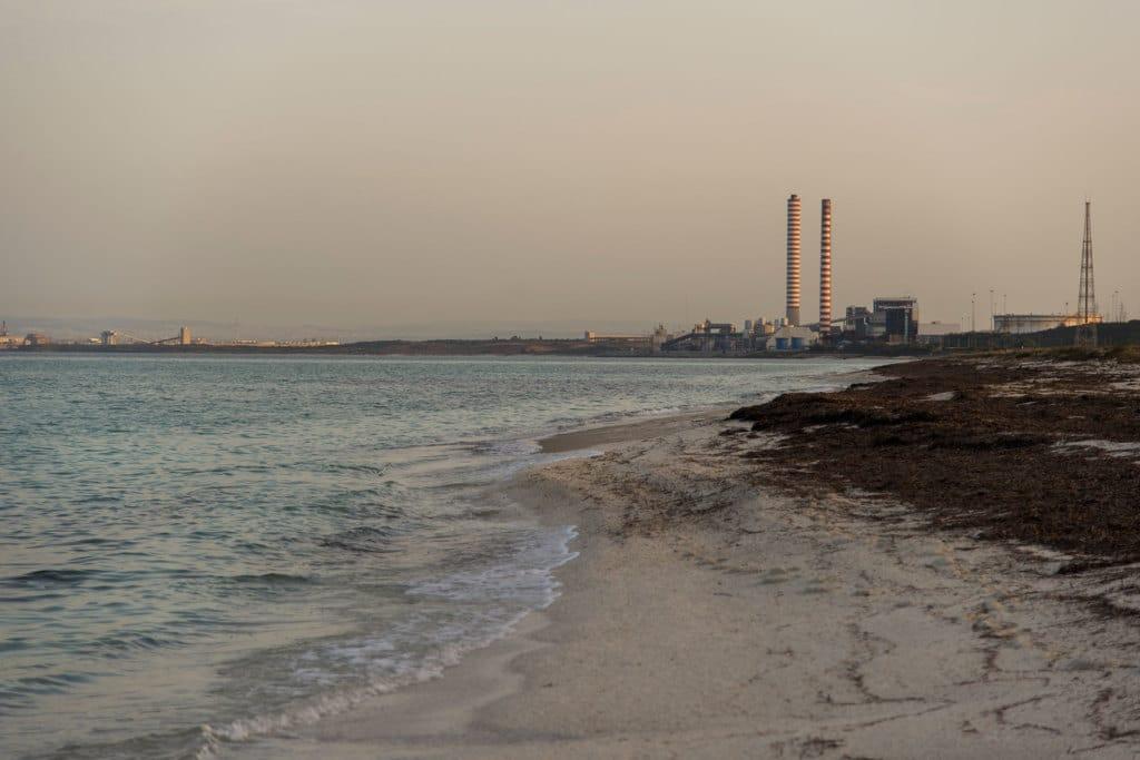 La spiaggia di Ezzi Mannu, adiacente al polo industriale di Porto Torres, il 16 novembre 2016. - Federica Mameli per Internazionale