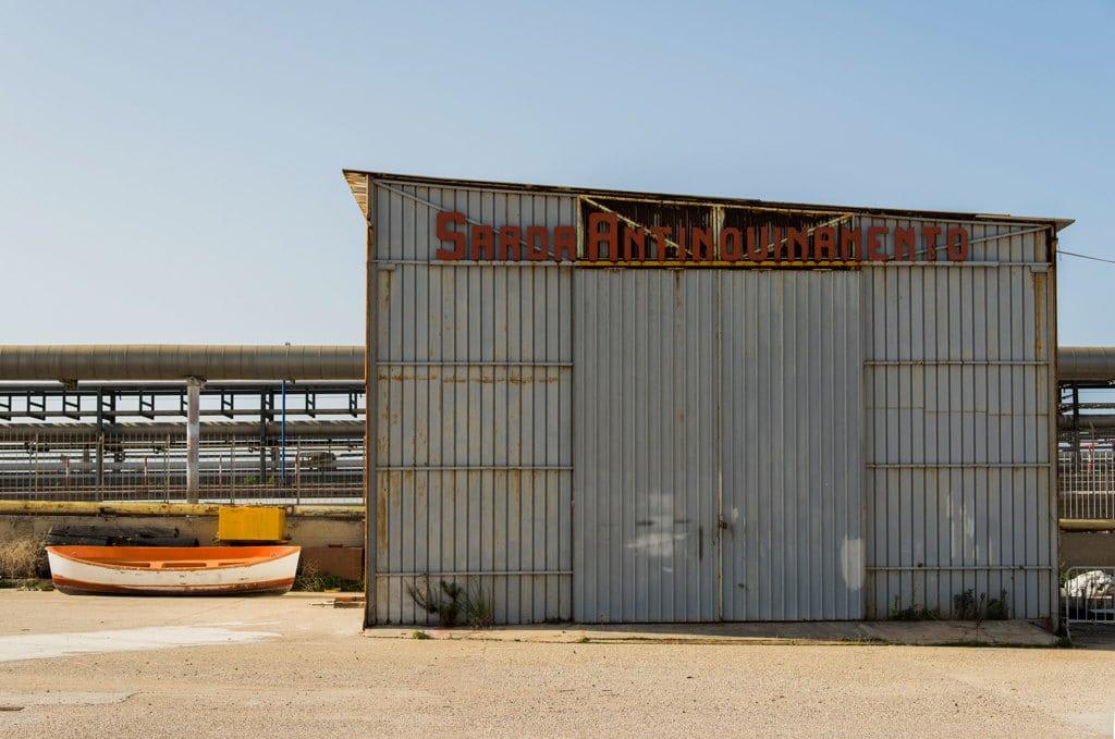 Uno stabilimento in disuso all'interno della darsena vicino all'ex stabilimento petrolchimico di Porto Torres, il 16 novembre 2016. - Federica Mameli per Internazionale