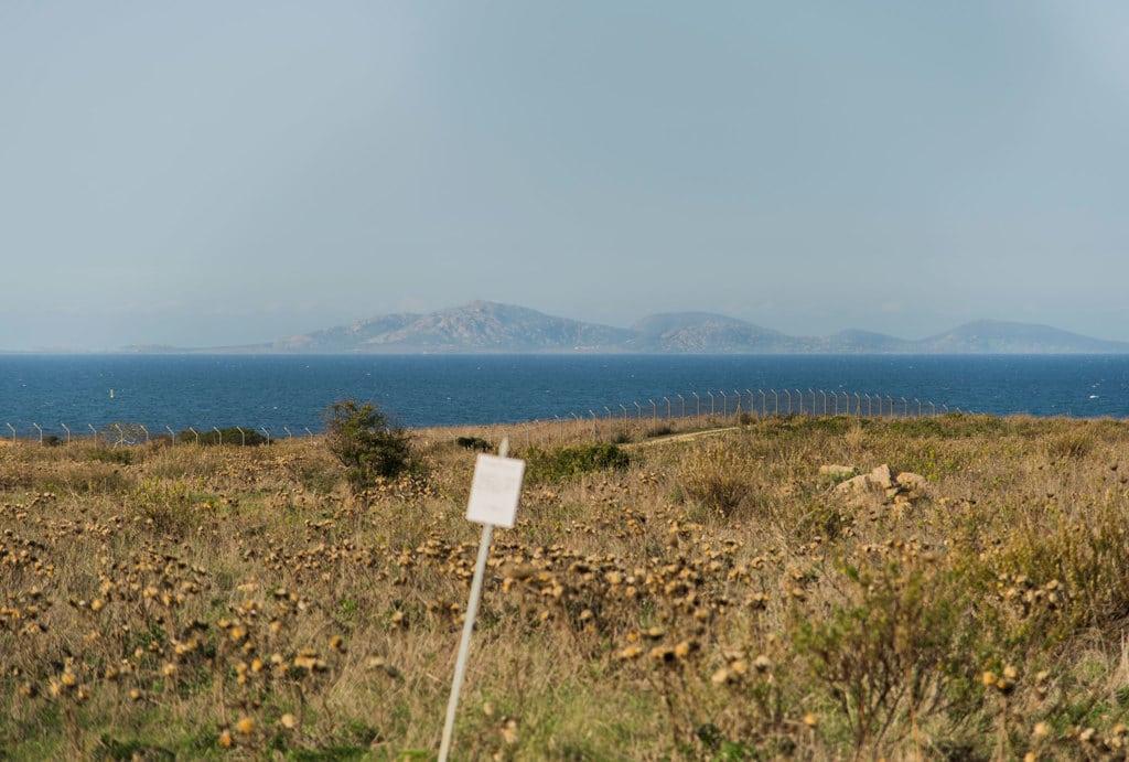 Il terreno della discarica di Minciaredda davanti al golfo dell'Asinara, parco nazionale e area marina protetta, il 16 novembre 2016. - Federica Mameli per Internazionale