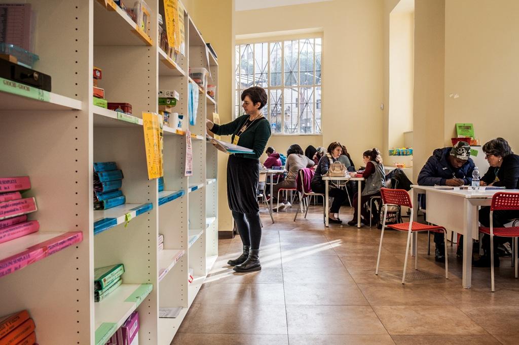 Un'insegnante della Penny Wirton a Roma, marzo 2017. - Andrea Falcon