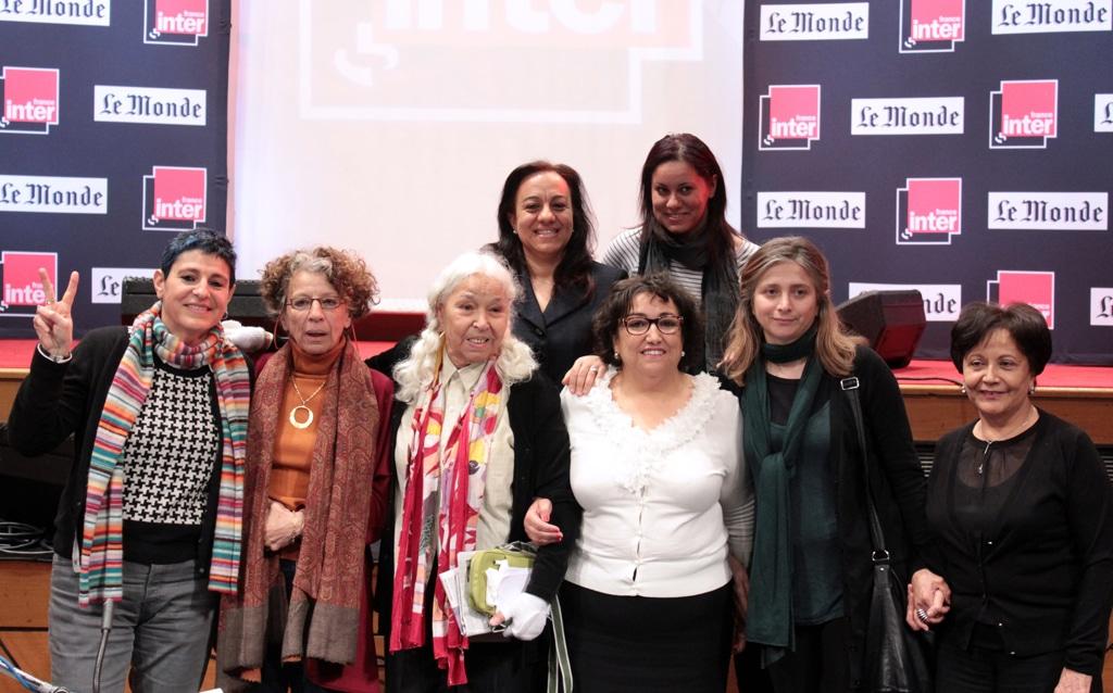 L'avvocata libica Azza Maghur, al centro in seconda fila, con altre attiviste provenienti da diversi paesi arabi, ospiti di un programma radiofonico a Parigi, l'8 marzo 2012. - Marina Helli, Afp