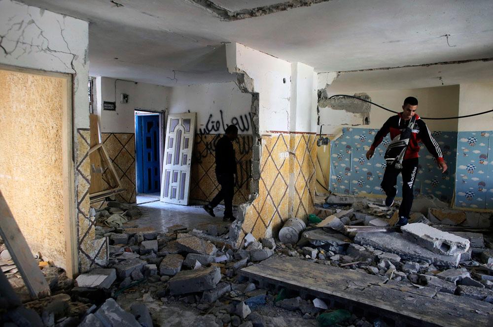 I Parenti Di Abdel Rahman Shaloudi Allu0027interno Della Casa Distrutta.   Ammar