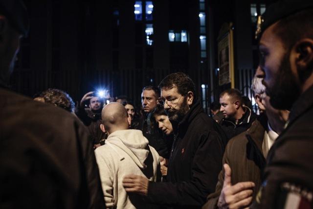Il sindaco di Roma, Ignazio Marino, scortato dalle forze dell'ordine, visita il complesso delle case popolari di Tor Sapienza dopo le tensioni tra residenti e gli ospiti del centro di accoglienza per rifugiati, il 14 novembre 2014. - Matteo Minnella, OneShot
