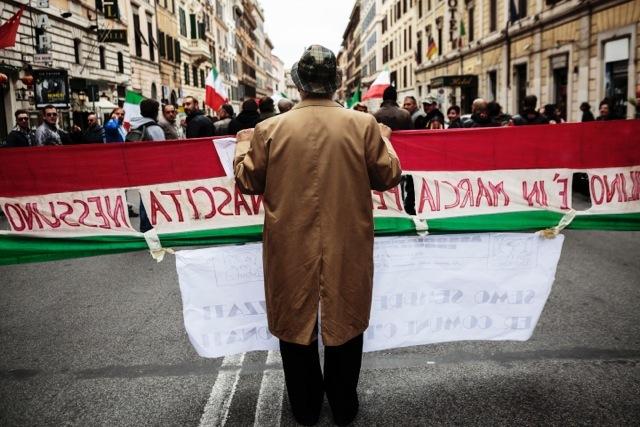 La manifestazione organizzata dai comitati di quartiere delle periferie della capitale contro il sindaco, l'immigrazione e il degrado della città, il 15 novembre 2014. - Matteo Minnella, OneShot