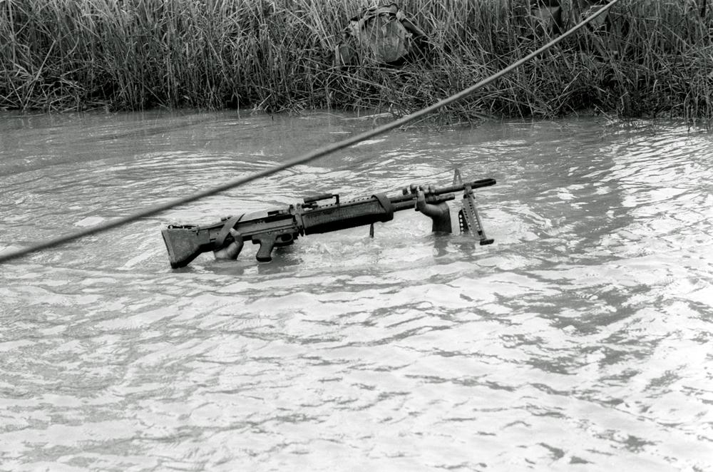 Un soldato si immerge nel Mekong, a sud di Saigon, il 10 settembre 1968. - (Henri Huet, Ap/Ansa)