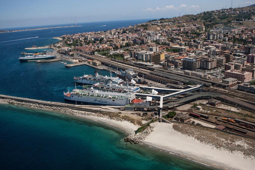 Una metropoli sullo stretto marina forti internazionale for Amaretti arredamenti villa san giovanni