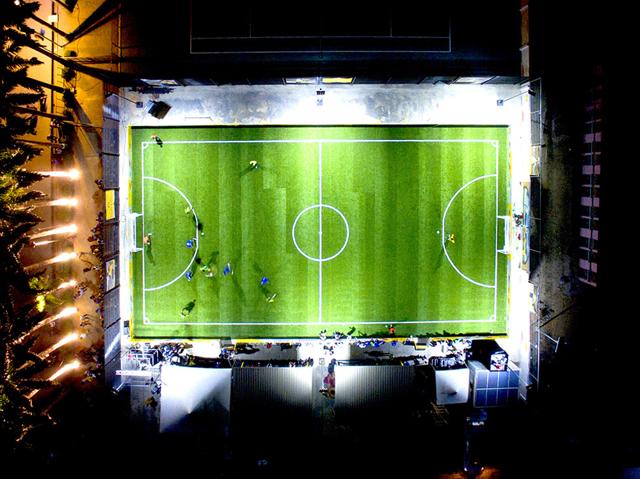 In nigeria un campo di calcio a energia solare è illuminato anche